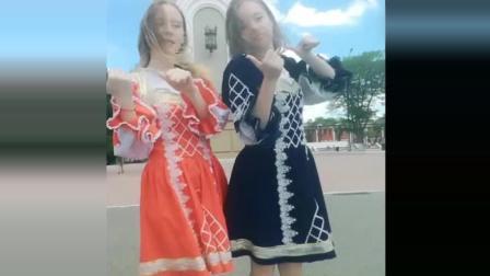 俄罗姐妹花表演鬼步舞,动感的音乐和神一样的鬼步,看着那么逗!