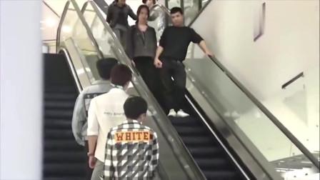 网友恶搞:电梯上一群人盯着一个美女看,看看