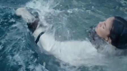 美国探险片:美女在冰上试探,冰面突然破裂,