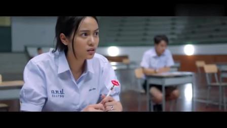 考试快结束了,美女用手势给其他同学传答案