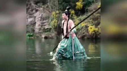 古装美女演绎轻功水上漂,原来真的有江湖