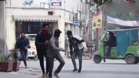 街头恶搞:巴基斯坦的老铁,很怕狗啊