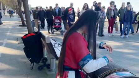 美女一身古装在美国街头演奏古筝,这音乐把路