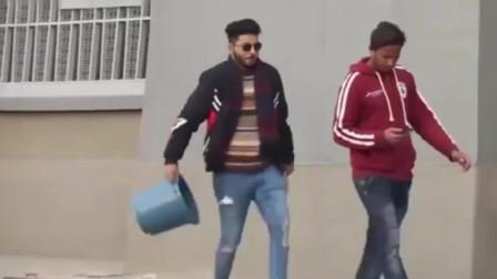 老外街头恶搞整人,用塑料桶套住路人和自己,