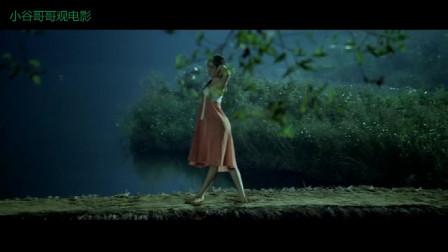 漂亮美女月下翩翩起舞,两兄弟看的两眼发呆