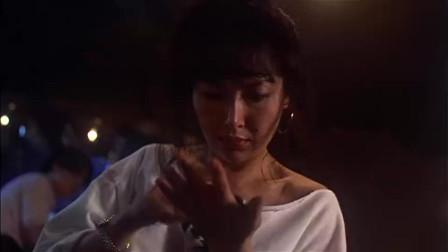 美女正在酒吧生闷气!突然天上点下来一枚硬币
