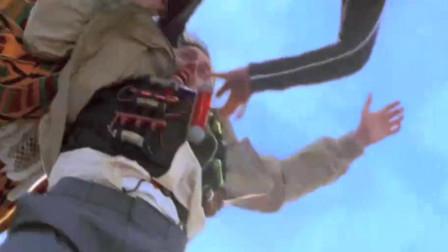 小伙绑着炸弹上飞机,不料美女带着他跳下飞机
