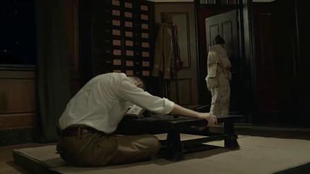 美女竟然是特工,趁日军睡着时,打开保险柜拍
