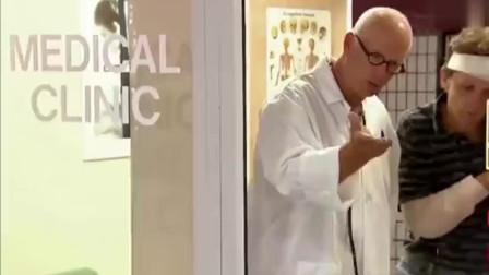 爆笑街头恶搞整蛊精选:玻璃门把手突然脱落砸
