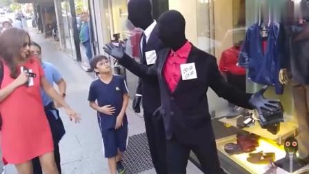 整蛊爆笑街头恶搞:两小伙扮黑模特站服装店门