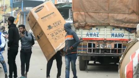 印度恶搞:作死男路上整人,用大纸箱套住路人,结果大叔傻眼了