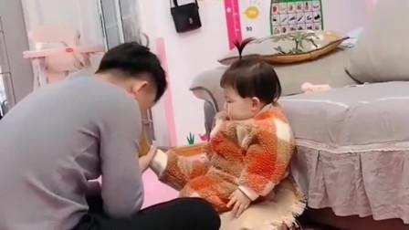 萌娃的演技从来没输过谁,闻到爸爸的臭脚丫子有点上头啊,差点晕过去了!