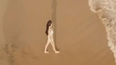 男子扔个瓶子,偏偏砸中了海边的比基尼美女