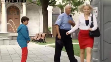整蛊爆笑街头恶搞:警察插队上厕所,小孩偷偷