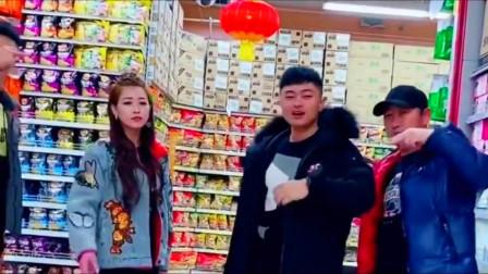 帅哥美女在超市唱歌,一首《逞强》,网友:真