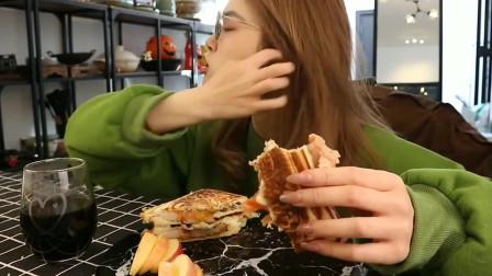 美女直播吃皮卡丘三明治面包,看起来就让人流