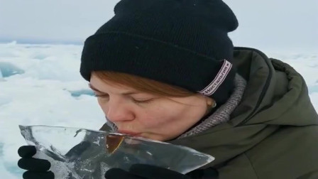 俄罗斯美女用冰做酒杯喝酒!贝加尔湖的冰,就