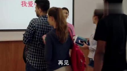 最美女老师身材一级棒,穿着粉红色上衣,微微