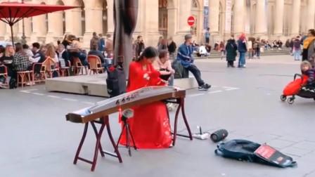 美女法国街头古筝演奏《上海滩》,旋律响起就