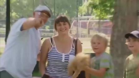 整蛊爆笑街头恶搞:男子踢足球打脸,踢飞装有小狗的笼子吓坏路人
