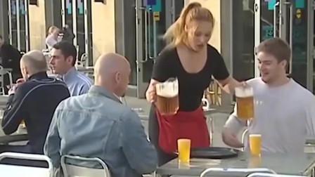 国外爆笑街头恶搞:服务员倒酒时发呆酒溢得满