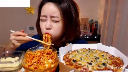 吃播:韩国美女吃货试吃芝士玉米披萨,配上肉