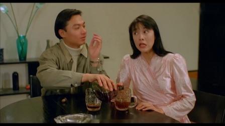 美女称不会喝酒,结果拿出两个大杯子,手压瓶