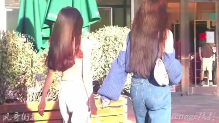街拍:好闺蜜在一起久了,时尚品位趋于一致,就连身材也会变相似