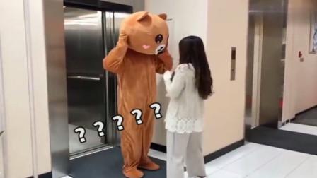 异地恋男朋友送惊喜,当小伙把小熊头套摘下来的瞬间,感动死了!