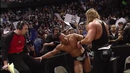 WWE 十大劲爆砸桌场面 凶悍异常 隔着屏幕都觉得好痛