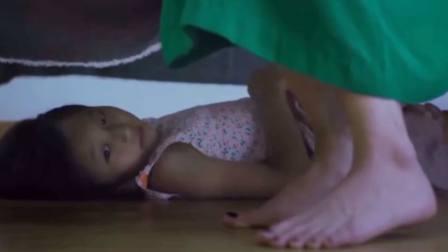 女儿贪玩藏在床底 却发现母亲的秘密 不禁叫出了声