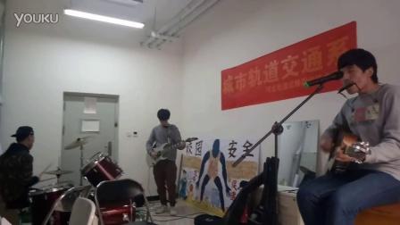 贰佰《狗日的青春》乐队排练版 吉他弹唱