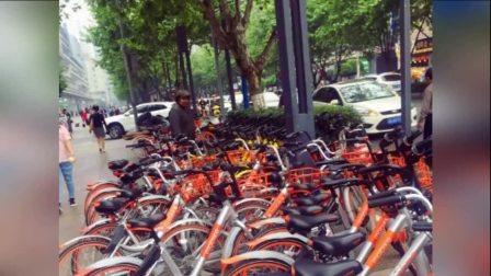 成都一流浪汉每天将倒地共享单车摆好 已连续两月
