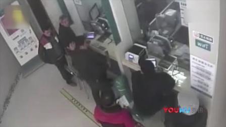 如此抢银行!监拍江西一男子持菜刀猛砍防爆窗