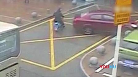 监拍5年驾龄女司机把油门当刹车来回撞人撞物:车子不听使唤!