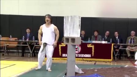 武术大师表演碎冰块,一摞冰块一脚全部踢碎