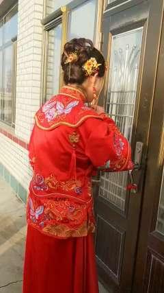 这么好的新娘到了不让进屋,说是婆婆要压压新