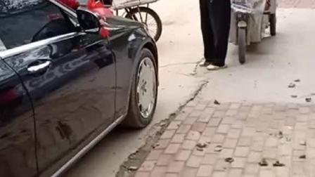三个大爷拦着婚车不让走,小推车在路中间一横