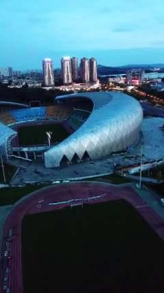 又是一个庞然大物,整个贵州最大的综合体育场
