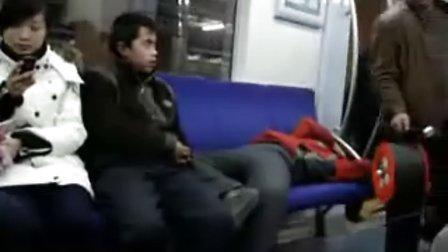 【拍客】实拍北京地铁2号线不雅一幕
