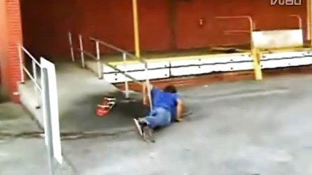 玩滑板惨遭爆菊