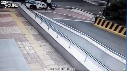 真有种!骑车男饥不择食撞警车碰瓷