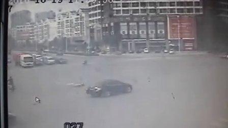 [拍客]电动车女子被撞车上翻滚现场