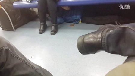 北京地铁二号线惊现猥琐摸腿男!!!