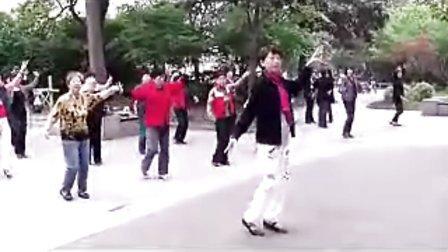 一群女性在上海延吉五 六村美丽的小区内跳起健身舞来庆祝今年的五一劳动节