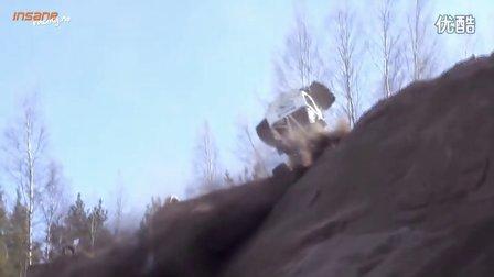 极端攀爬赛车冲下山坡