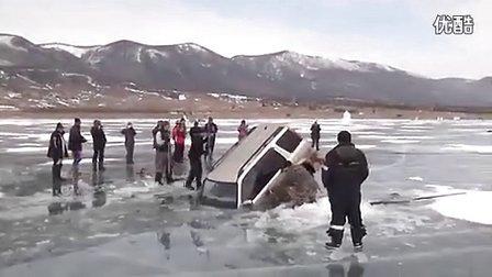 俄罗斯人巧妙方法打捞掉进冰窟窿汽车