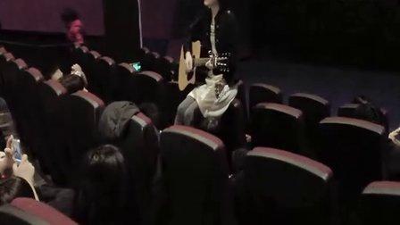 电影院惊现自习室女生献唱王菲《我愿意》