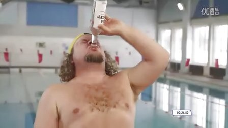 喝完一瓶伏特加之后的游泳比赛
