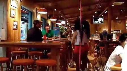 实拍上海酒吧美女为老外劲唱